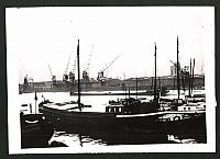 postal antigua: Fotografie Ansicht Rotterdam, Durch britische Blockade verwahrloster Masshafen, 2.WK   rückseitig Aufkleber der Presseagentur mit Vermerk, datiert 1940, guter Zustand